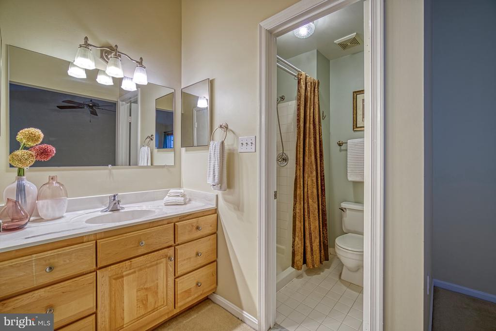 dressing vanity and master bathroom - 7104 BEDSTRAW CT, SPRINGFIELD