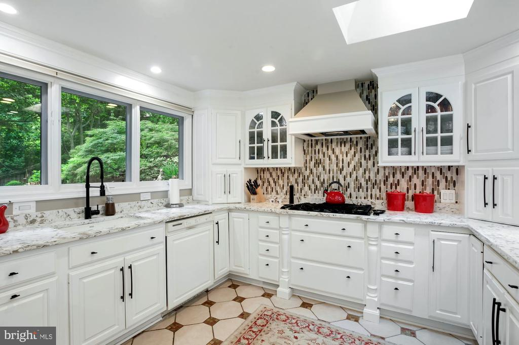 SUNNY  KITCHEN HAS VIEW OF YARD & SKYLIGHTS - 9500 WOODSTOCK CT, SILVER SPRING