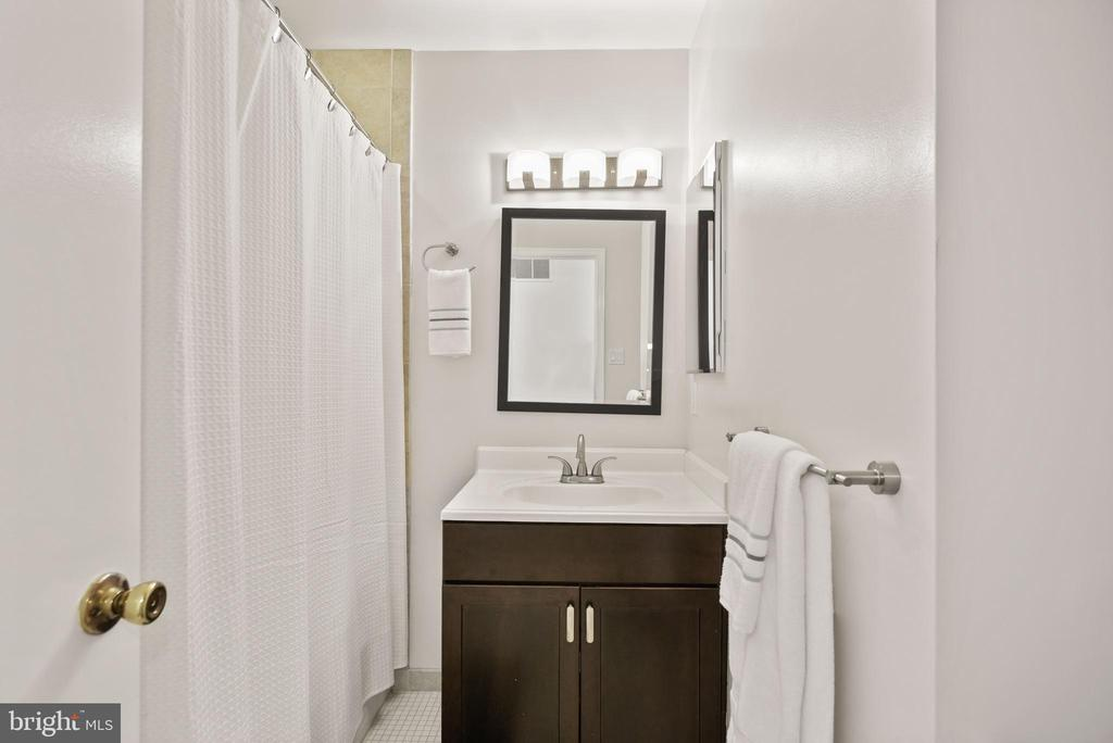 Full Bathroom #2 - Located on Upper Level of Home! - 9522 BACCARAT DR, FAIRFAX