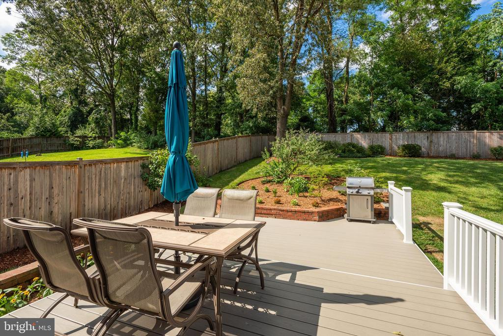 BRAND NEW TREX DECK - INSTALLED IN AUGUST 2020! - 9522 BACCARAT DR, FAIRFAX