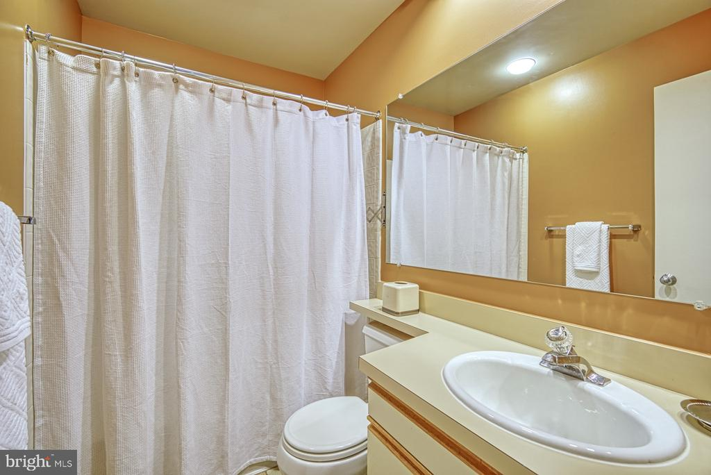 Upper Hall Full Bathroom - 11517 TURNBRIDGE LN, RESTON