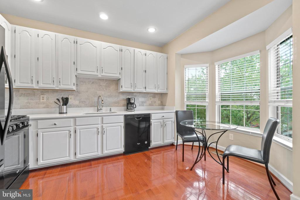 Recently updated kitchen w/new quartz counters - 47572 COMER SQ, STERLING
