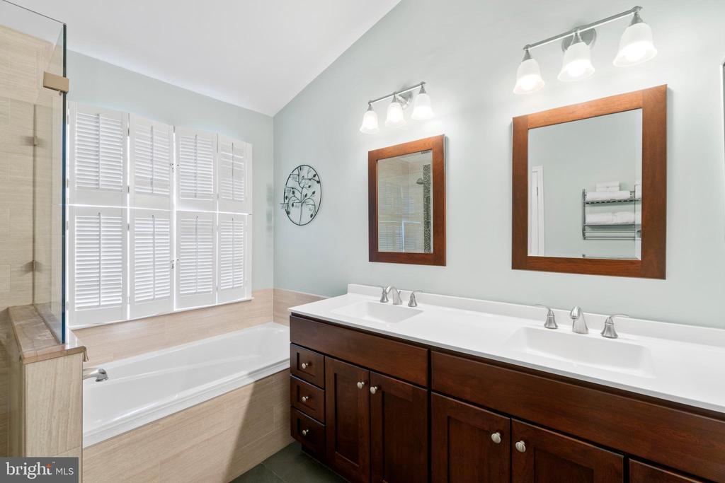 Recently updated owner's bath w/designer tile - 47572 COMER SQ, STERLING