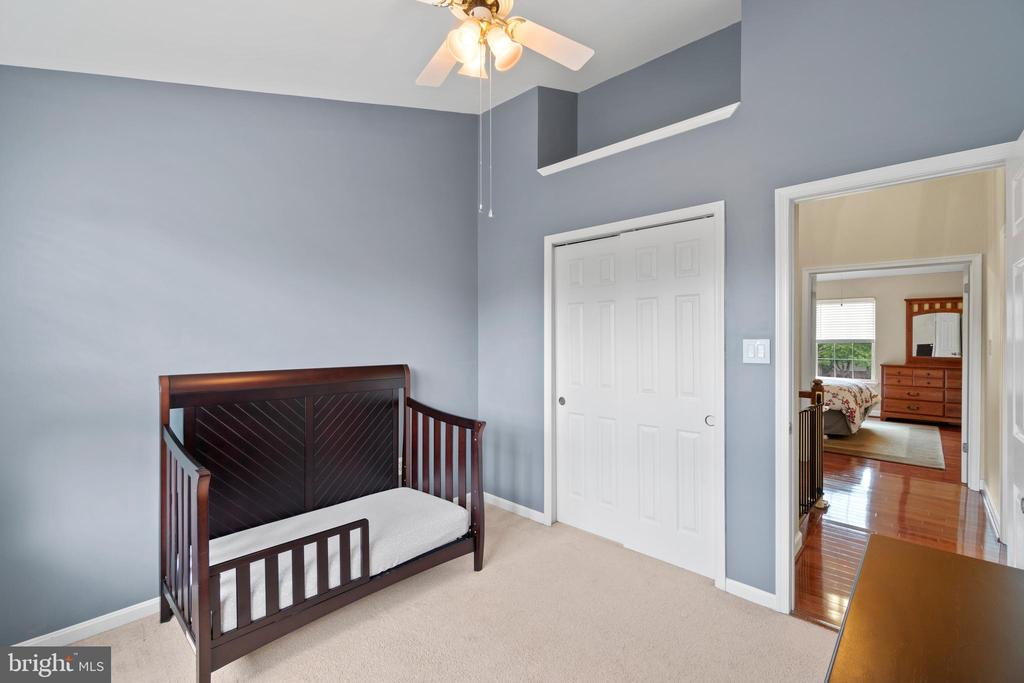 Spacious secondary bedrooms w/vaulted ceiling - 47572 COMER SQ, STERLING