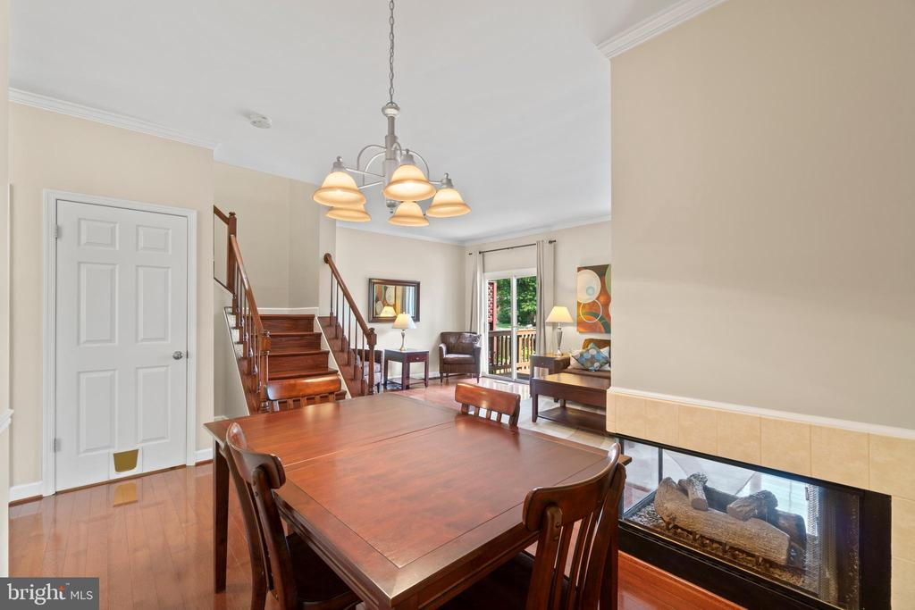 Spacious dining room sides to 3-sided gas fireplac - 47572 COMER SQ, STERLING