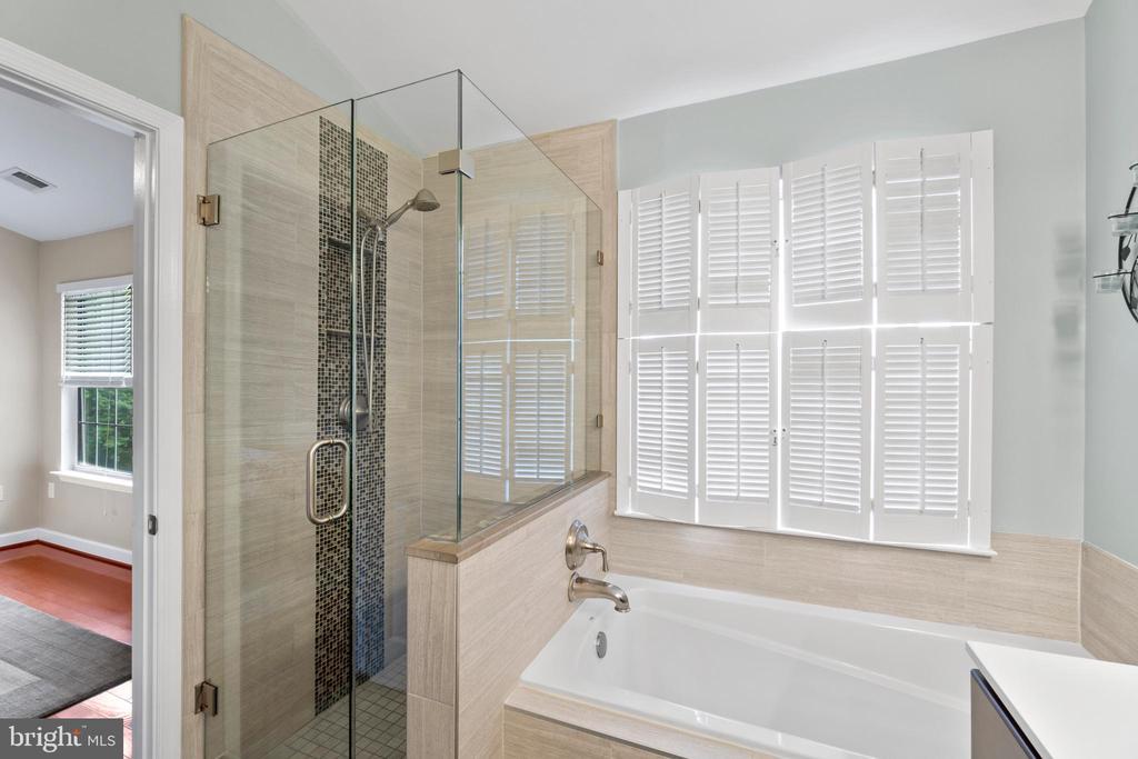 Gorgeous frameless shower w/custom mosaic tile - 47572 COMER SQ, STERLING
