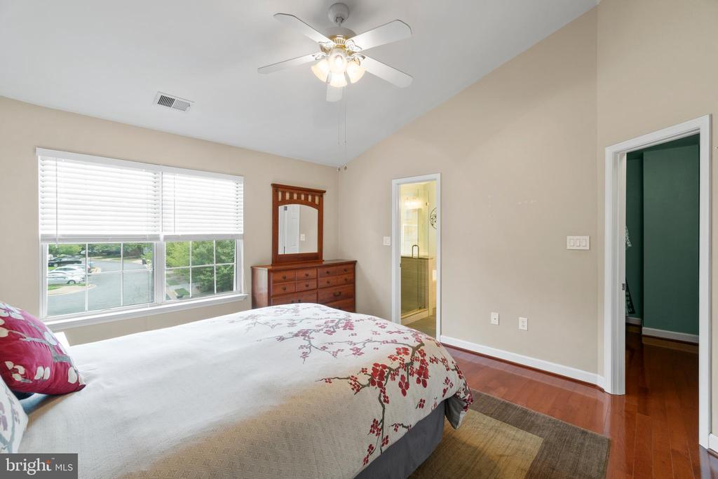 Large owner's suite w/vaulted ceiling - 47572 COMER SQ, STERLING
