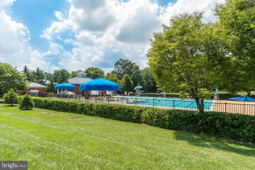 Outdoor pool - 47572 COMER SQ, STERLING