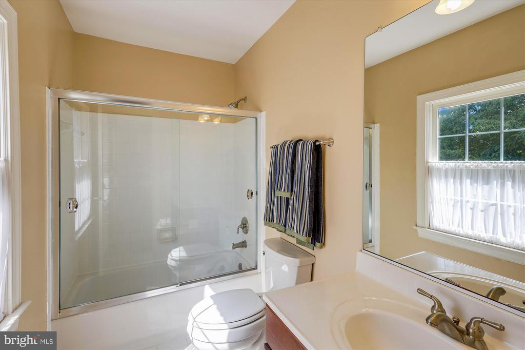 Bathroom 3 - Ensuite to Bedroom 4 - 11364 JACKRABBIT CT, POTOMAC FALLS
