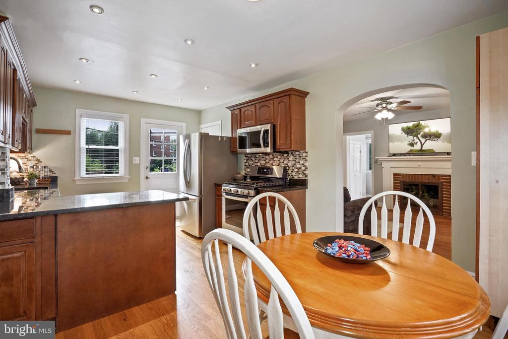 good flow from living to dining and kitchen - 3616 ARLINGTON BLVD, ARLINGTON