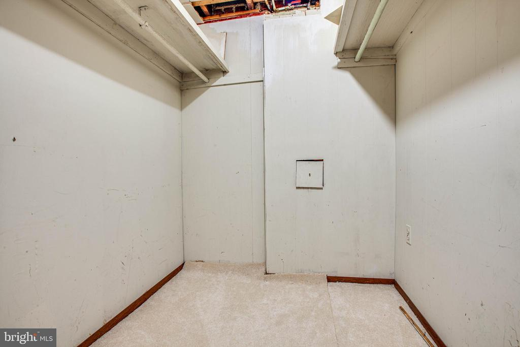 Walk in closet in BR 4 - 6920 RUSKIN ST, SPRINGFIELD