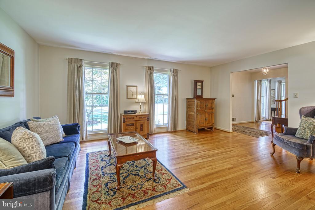 Lots of light! - 8415 FROST WAY, ANNANDALE