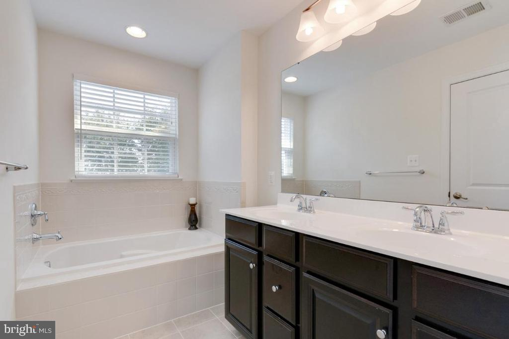 Master Bath w/ Double Vanity - 4963 SMALL GAINS WAY, FREDERICK