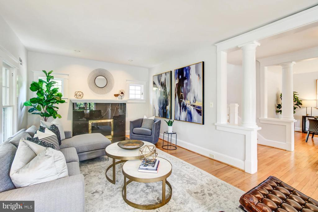 Living Room with fireplace and beautiful columns - 2900 FRANKLIN RD, ARLINGTON