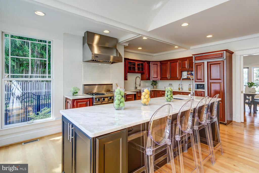 Marble breakfast bar with seating for four - 2900 FRANKLIN RD, ARLINGTON