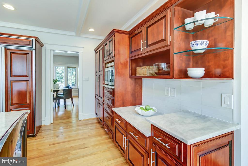 Kitchen connects to Dining Room- glass pocket door - 2900 FRANKLIN RD, ARLINGTON