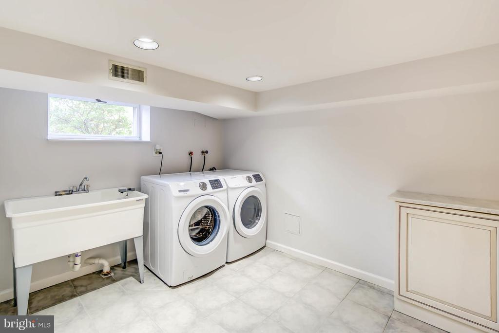 Laundry Room - with full size machines and sink - 2900 FRANKLIN RD, ARLINGTON