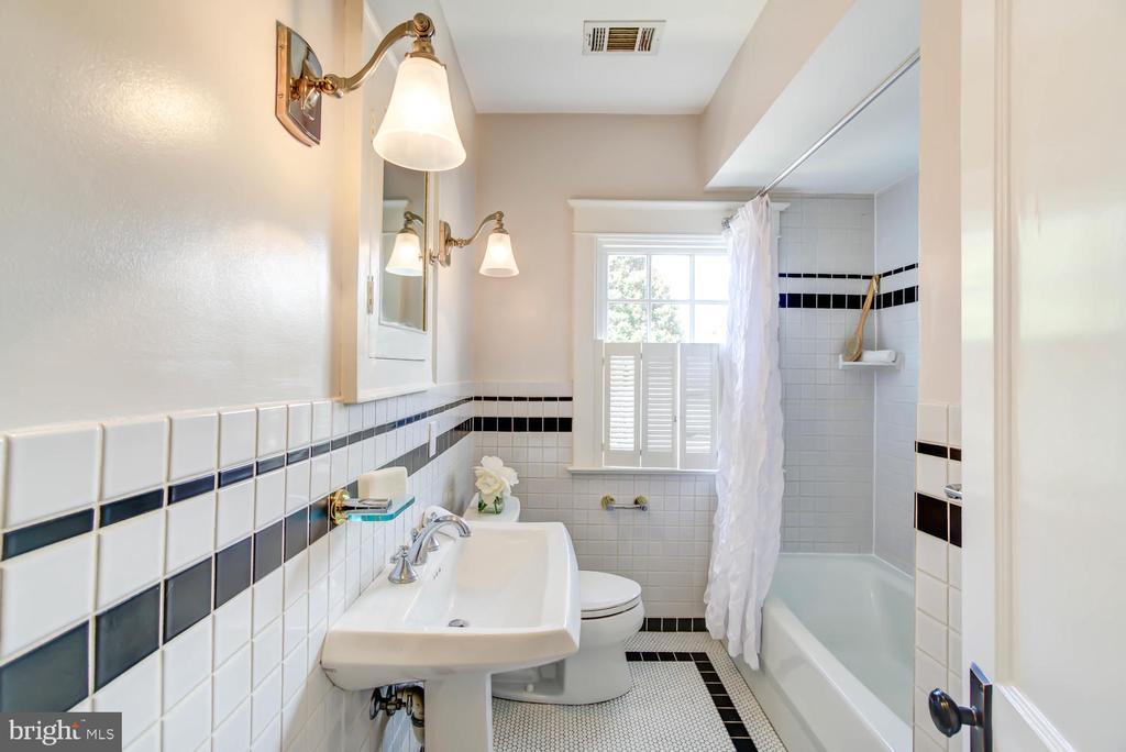 Hall Bath with shower/tub - 2900 FRANKLIN RD, ARLINGTON