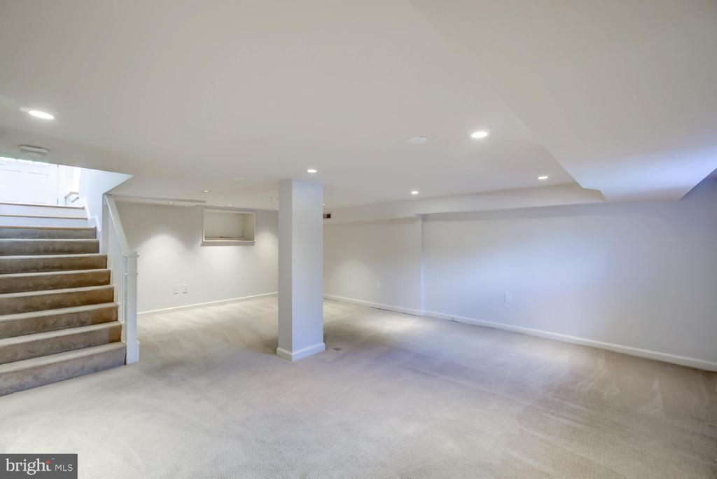 Great space for tv room/fitness area/home office - 2900 FRANKLIN RD, ARLINGTON