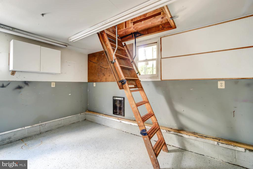 Stairs to attic in the garage - 2900 FRANKLIN RD, ARLINGTON