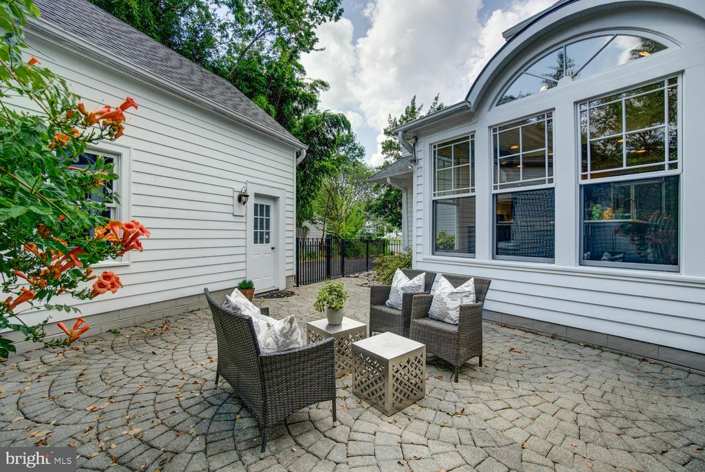 Private outdoor space for lounging/grill/dining - 2900 FRANKLIN RD, ARLINGTON