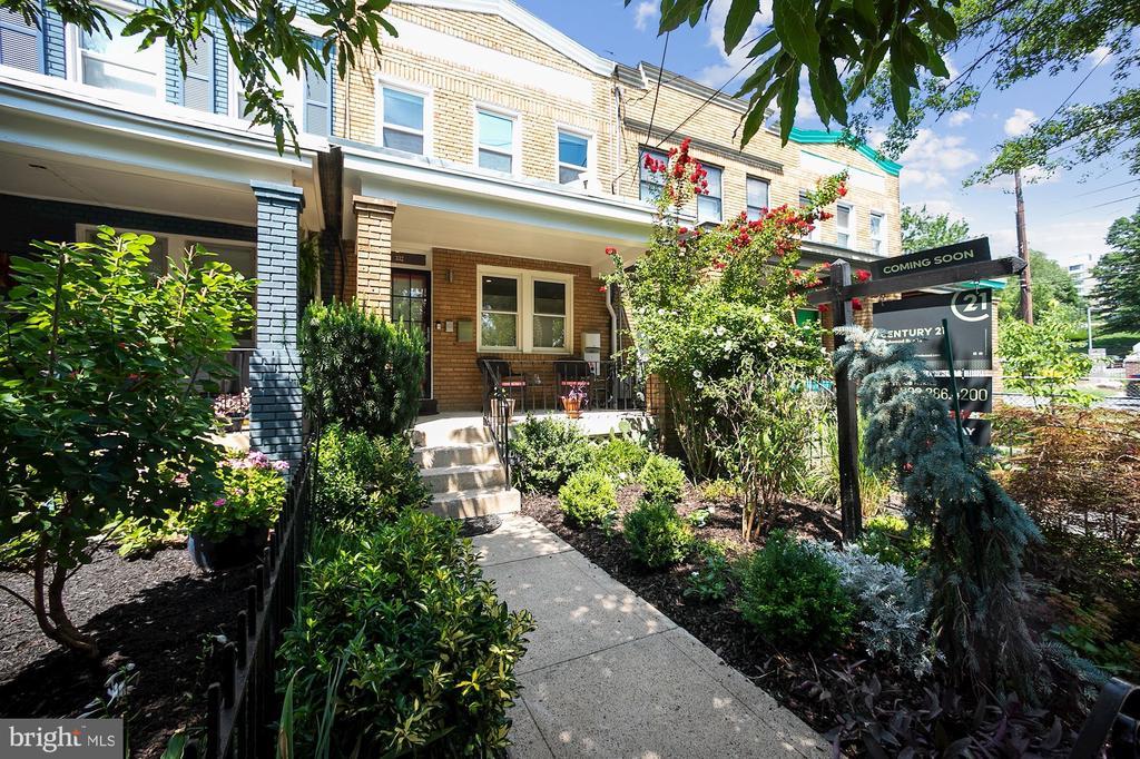 Beautifully landscaped low-manintenance front yard - 332 CHANNING ST NE, WASHINGTON