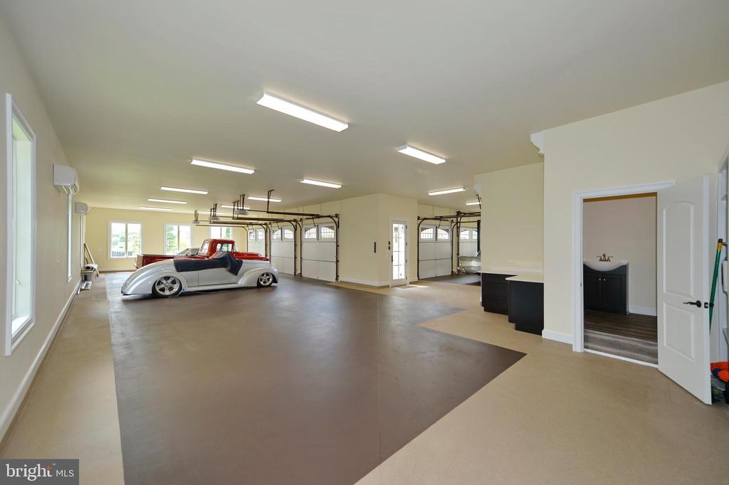 Carriage house 5 bay car enthusiast dream garage - 40483 GRENATA PRESERVE PL, LEESBURG