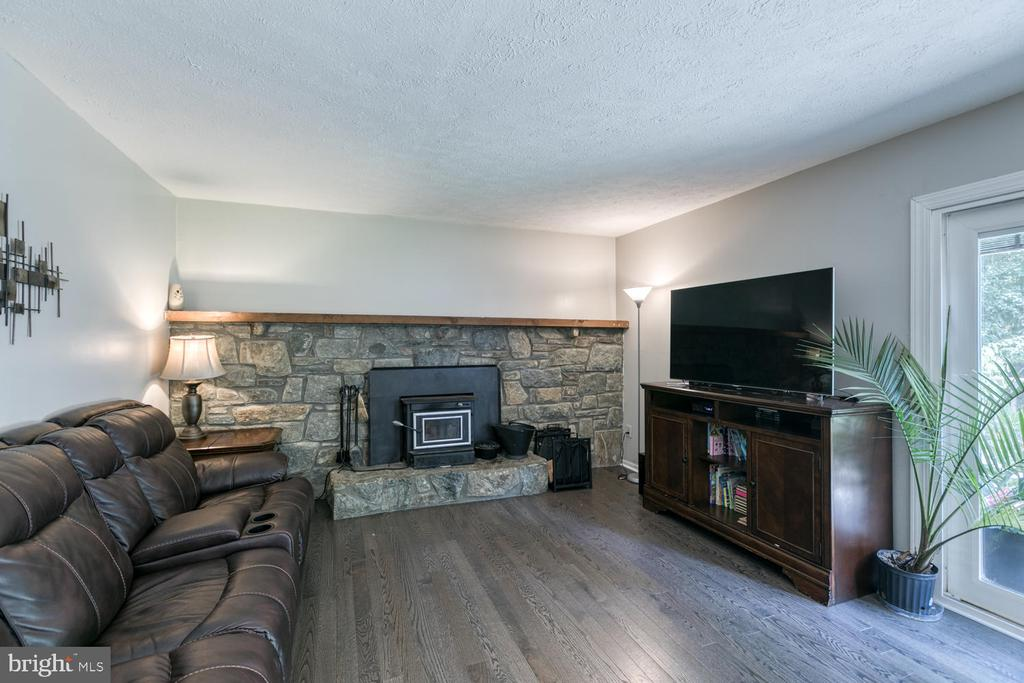 Cozy family rm with wood stove! - 3006 LUSITANIA DR, STAFFORD