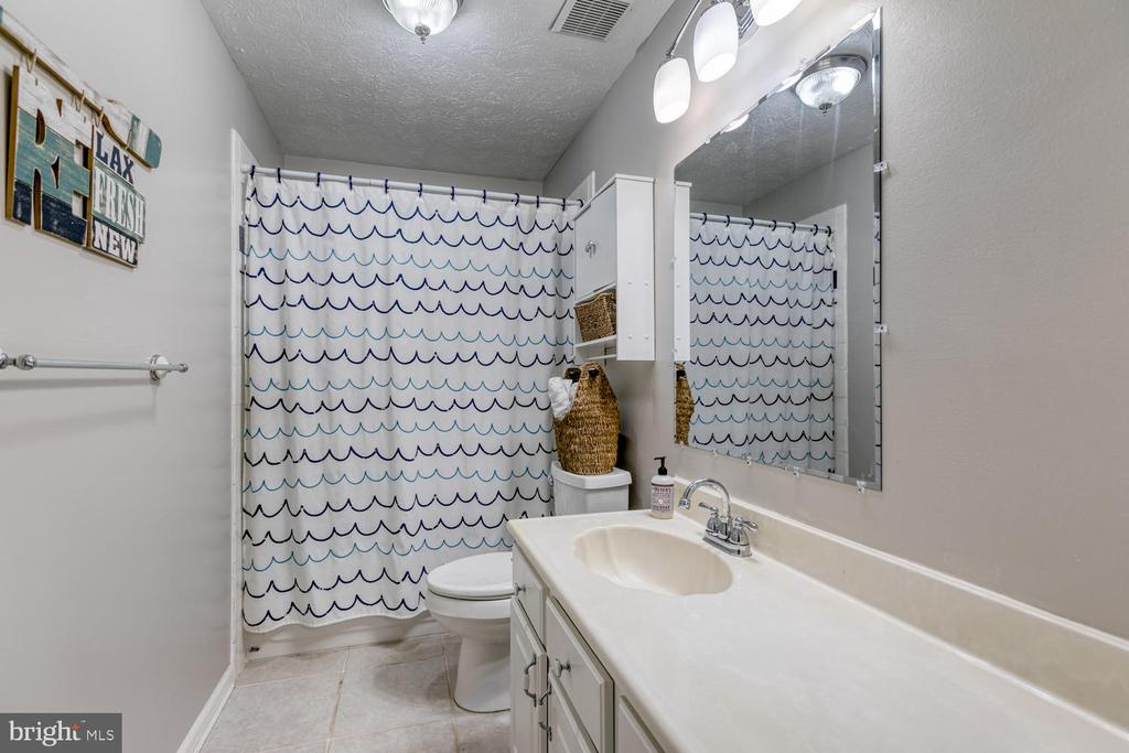 Great bedroom level hall bath! - 3006 LUSITANIA DR, STAFFORD