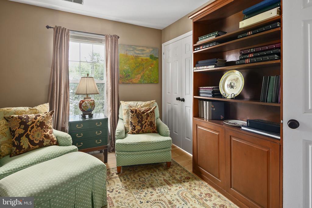 Versatile room for a bedroom, den or office - 10206 MCKEAN CT, GREAT FALLS