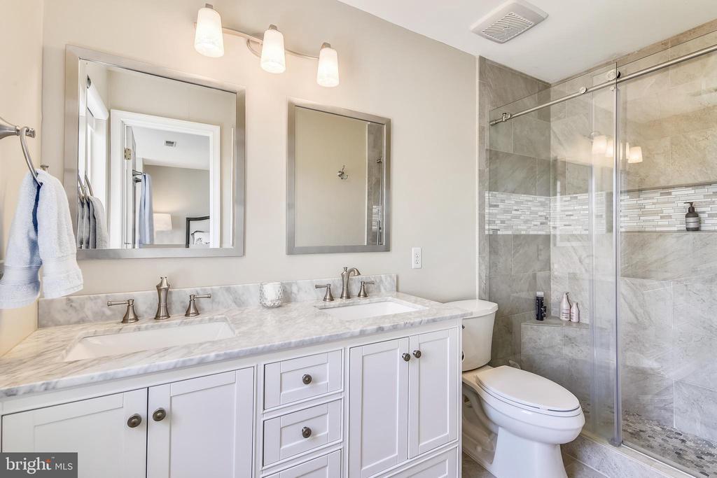 Impressive master bathroom - 43496 GREENWICH SQ, ASHBURN
