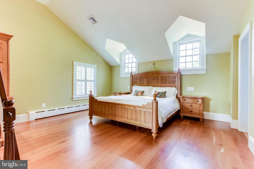 Vaulted ceiling and natural light - 833 S FAIRFAX ST, ALEXANDRIA