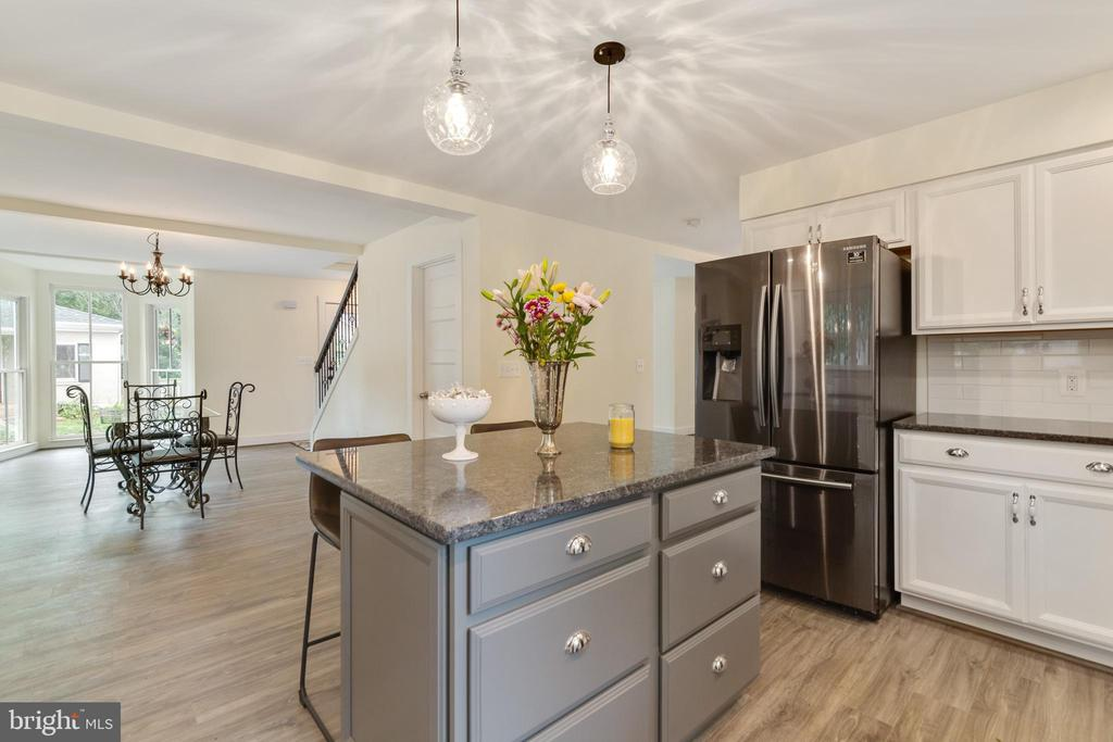 Kitchen opens to dining rm great for entertaining! - 9512 LIBERTY ST, MANASSAS