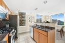 Two tiered island overlooking dining space - 1205 N GARFIELD ST #608, ARLINGTON