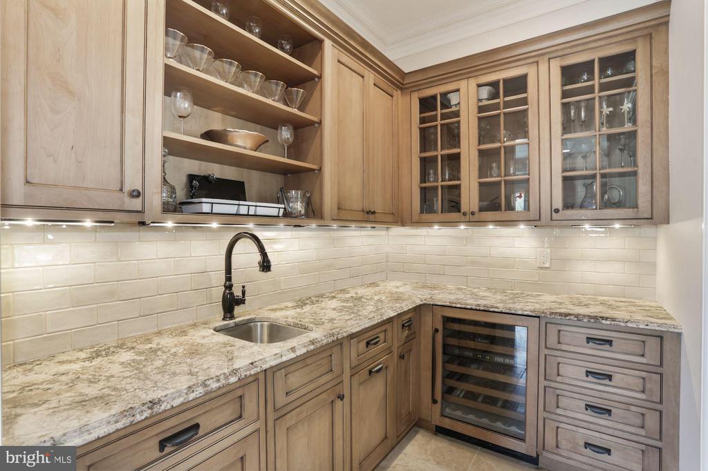 Large butler's pantry - 4408 33RD RD N, ARLINGTON