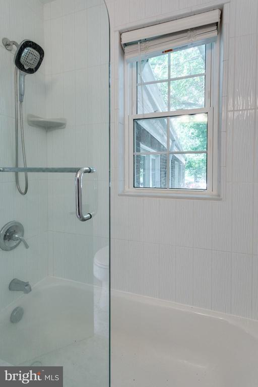 Tub Shower w/ custom glass door - 1741 N TROY ST #8-430, ARLINGTON
