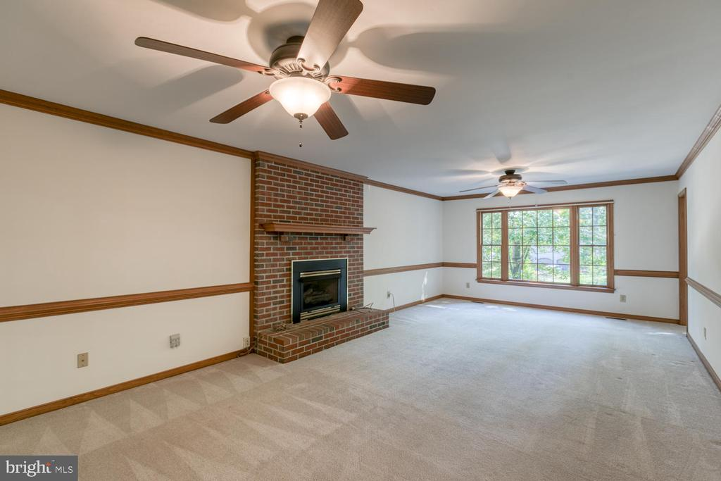 Large family room with gas fireplace - 2305 HARPOON DR, STAFFORD