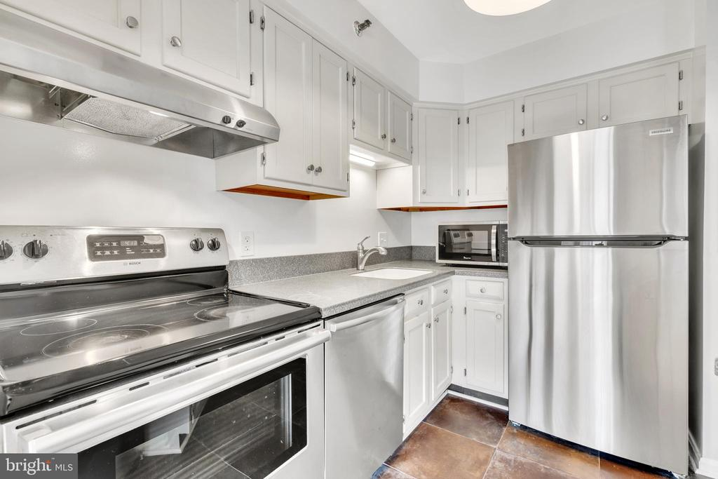 Updated Kitchen & Breakfast Bar - 1301 N COURTHOUSE RD #1007, ARLINGTON