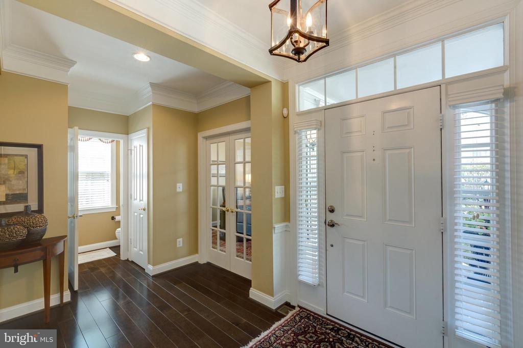 Foyer with gleaming Hardwood Floors - 22749 HIGHCREST CIR, BRAMBLETON