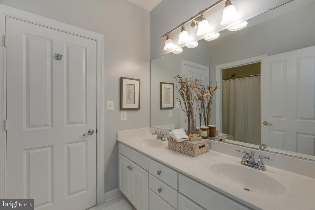 Jack n Jill Bathroom - 22749 HIGHCREST CIR, BRAMBLETON