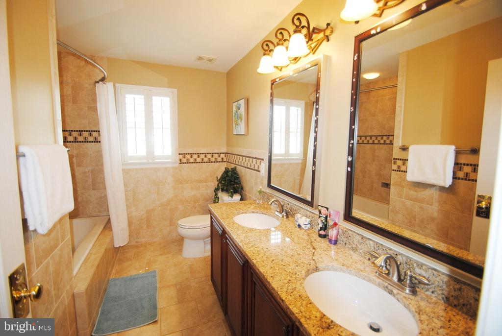 Upper Level Bathroom with Double Sink - 20165 BANDON DUNES CT, ASHBURN