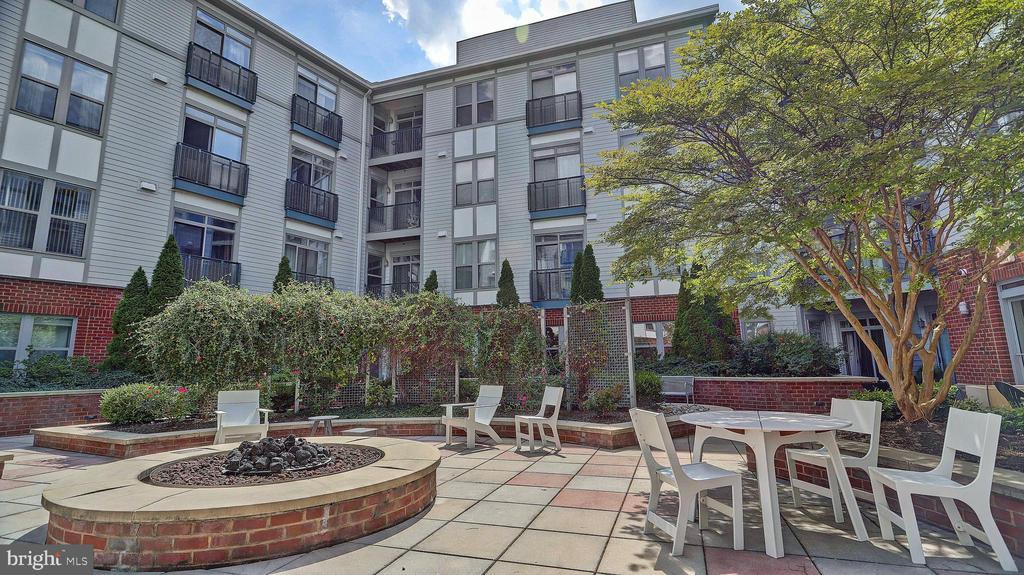 Lush courtyard - 1800 WILSON BLVD #235, ARLINGTON
