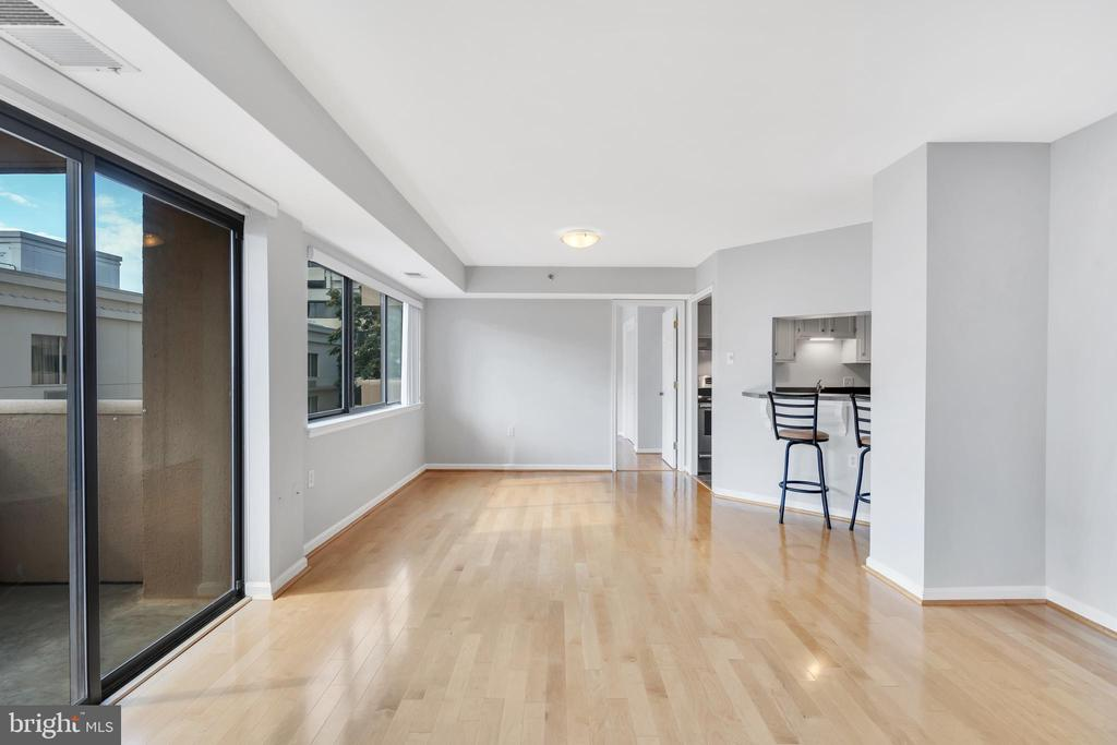 Freshly Painted and hardwood floors - 1301 N COURTHOUSE RD #1007, ARLINGTON