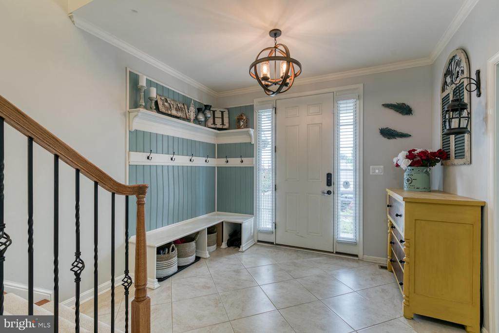 Large foyer with built-in cubbies - 517 APRICOT ST, STAFFORD
