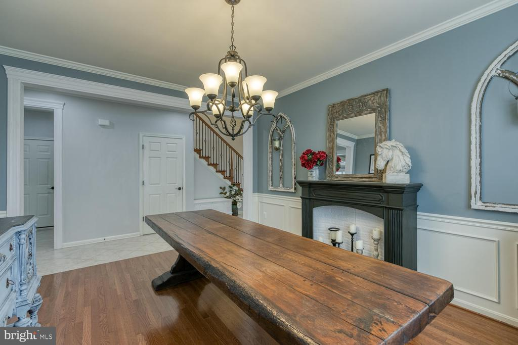 Dining room with crown molding - 517 APRICOT ST, STAFFORD