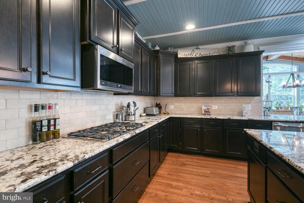 5-Burner cook-top and tile backspash - 517 APRICOT ST, STAFFORD