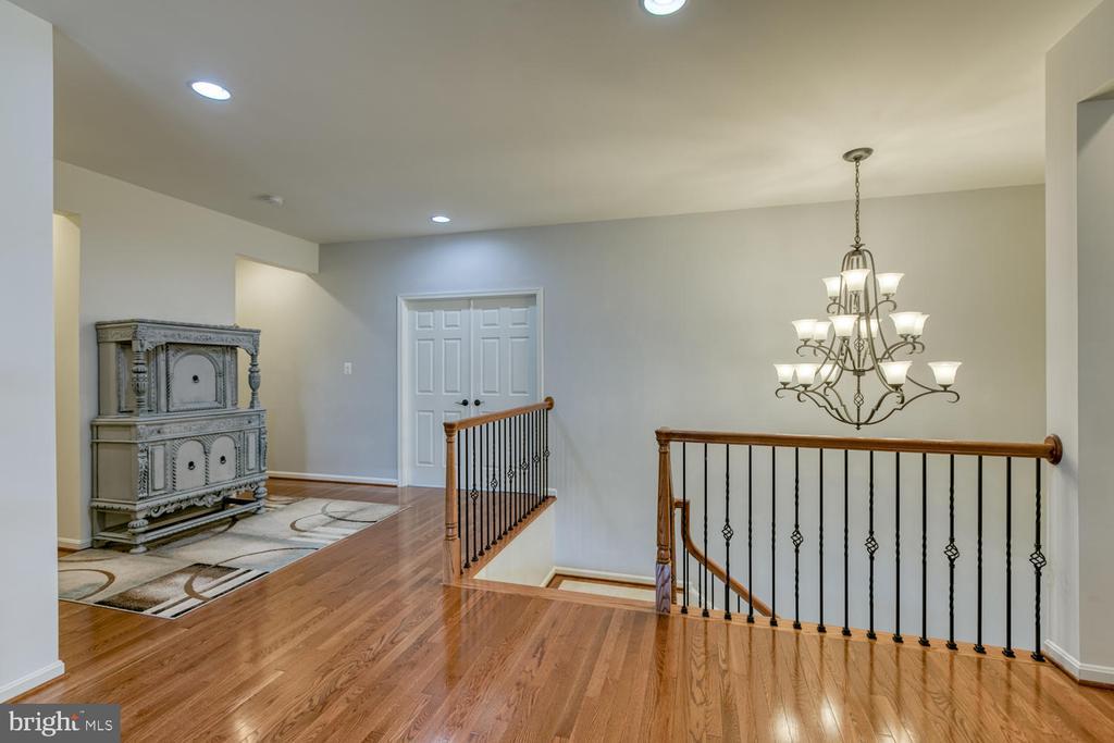 Gleaming hardwood floors in loft area - 517 APRICOT ST, STAFFORD