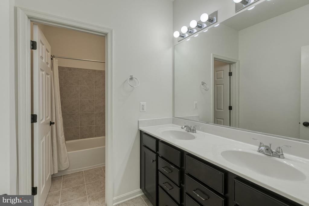 Full bathroom - 517 APRICOT ST, STAFFORD