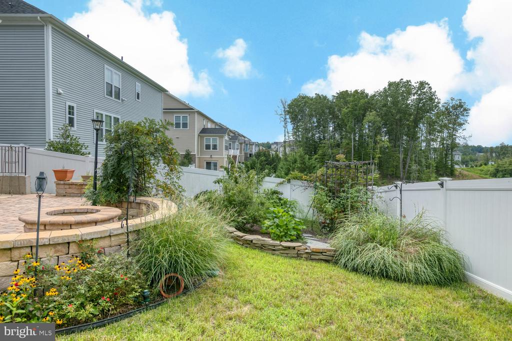 Nicely landscape with a vegetable garden - 517 APRICOT ST, STAFFORD