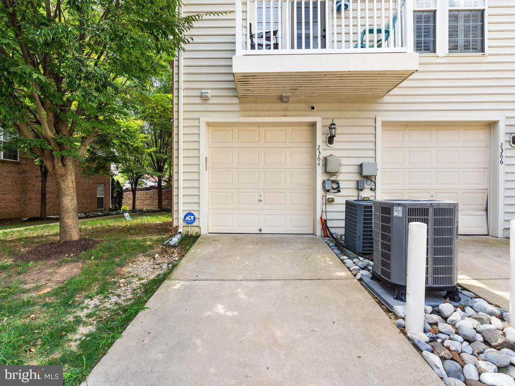garage with access to unit - 2364 MERSEYSIDE DR #137, WOODBRIDGE